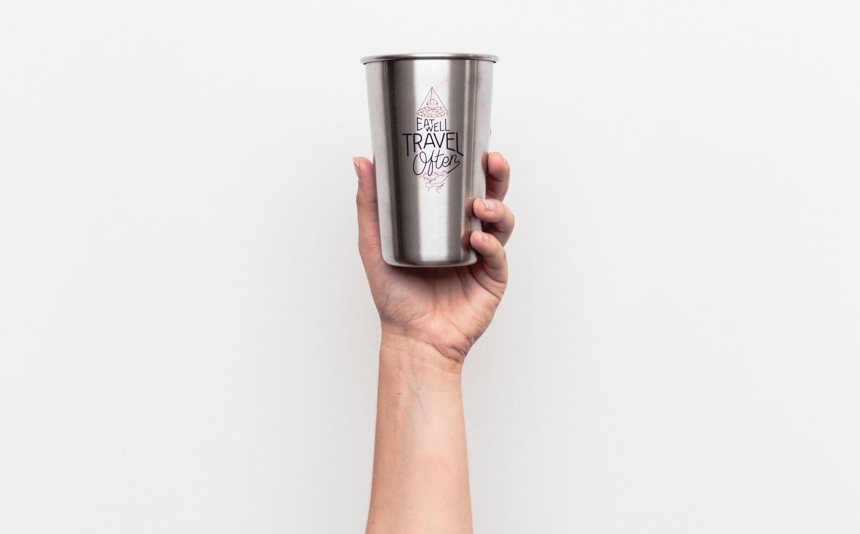Ein Kaffeebecher aus Metall