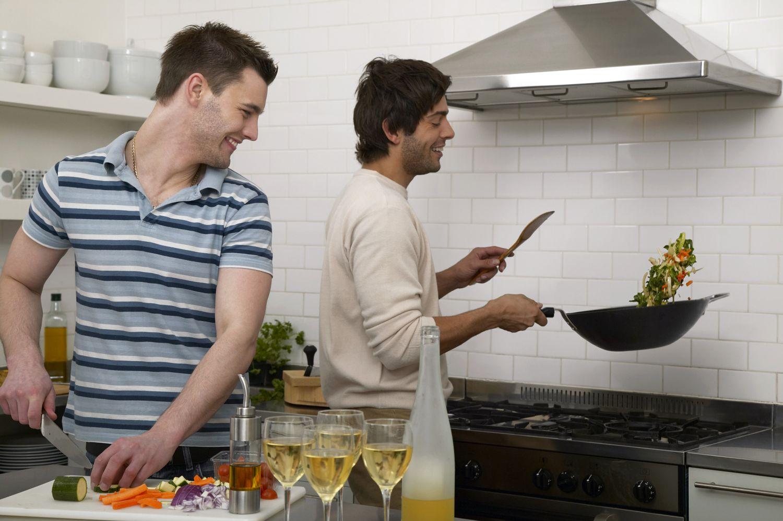 Zwei Männer beim Kochen. Danach empfiehlt es sich, die Küche richtig zu lüften