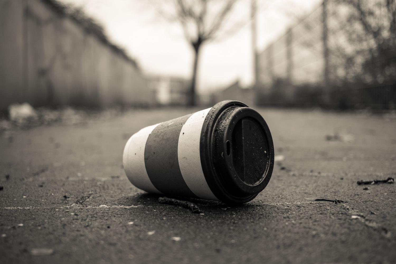 Ein weggeworfener Coffee-to-go-Einwegbecher liegt auf der Straße. Das wäre mit einem Mehrwegbecher nicht passiert