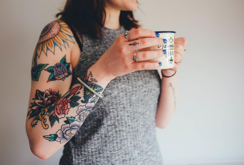 Eine Frau hält eine Tasse Kaffee in den Händen