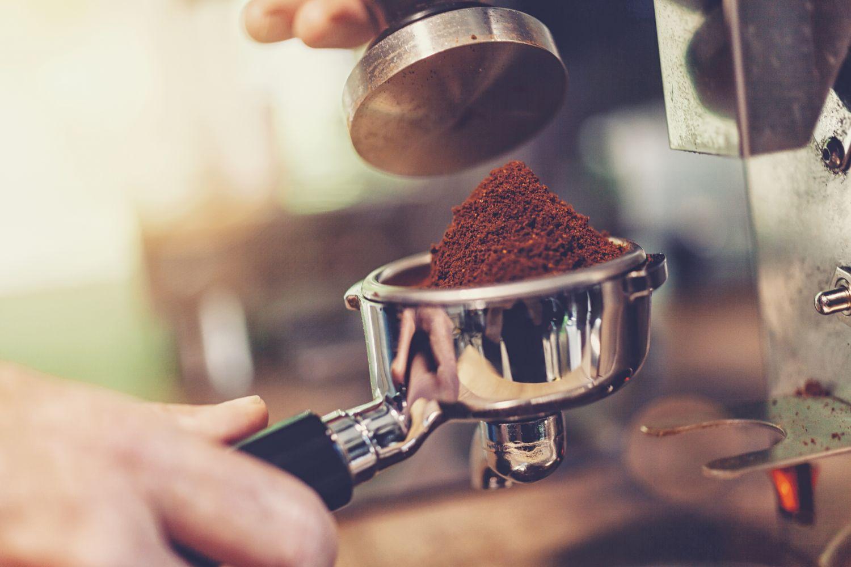 Kaffeepulver in einem Siebträger, der gleich in die Maschine gesteckt wird. Thema: Kaffeespezialitäten